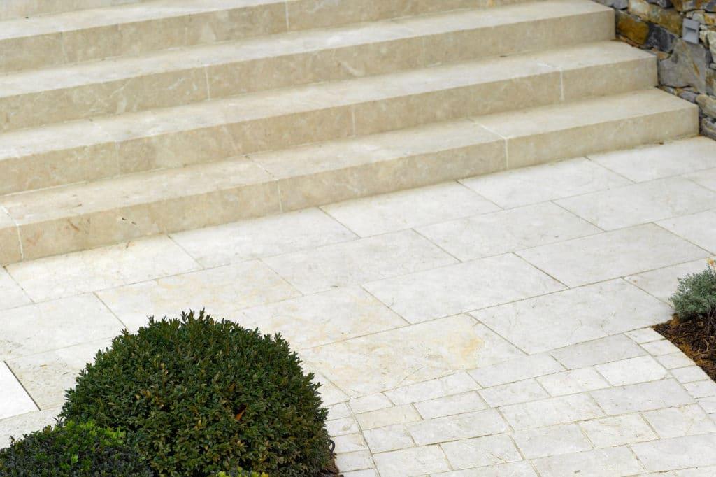Blockstufen Kalkstein Levante Crema sandgestrahlt 1