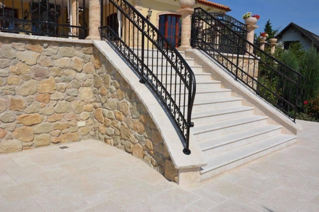 gr-c-terrasse-aus-kalkstein-römischer-verband-stufen
