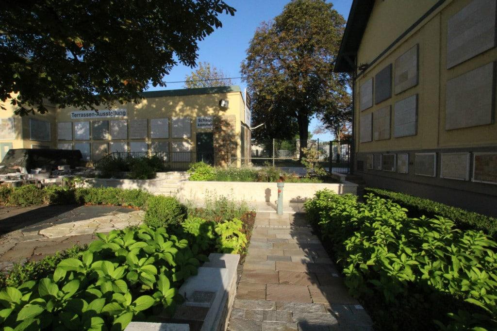 terrassenasstellung mit terrassensteinen und terrassenplatten