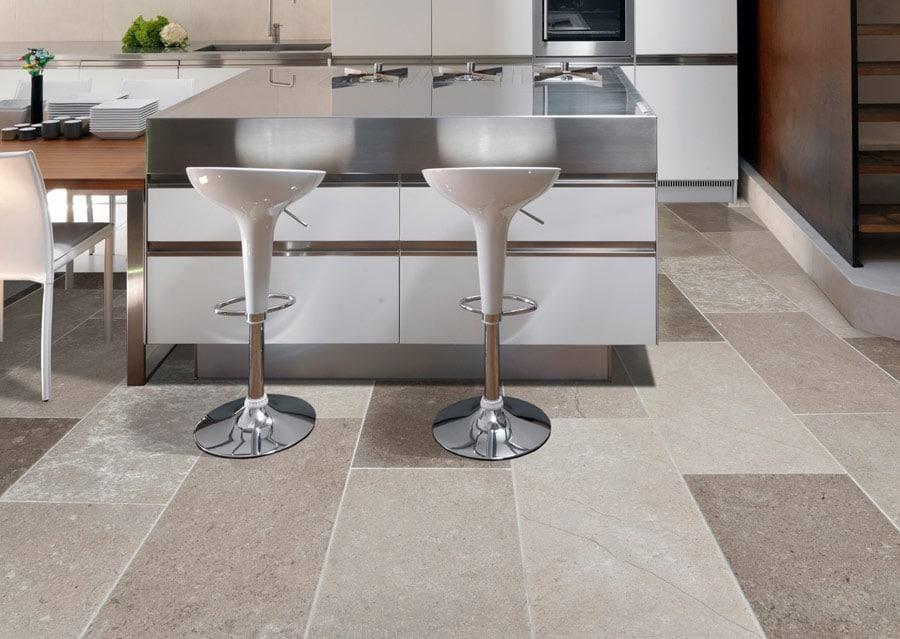 Natursteinboden in Designerküche