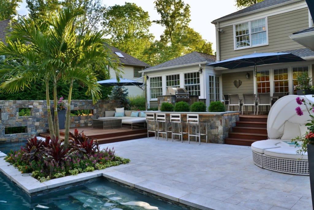 Terrasse mit Pool und Steinplatten in spanischem Stil