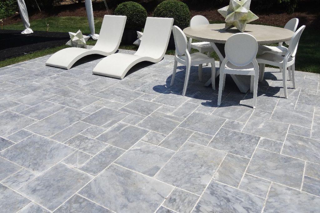 Terrassenplatten aus Stein in grau in verschiedenen Größen