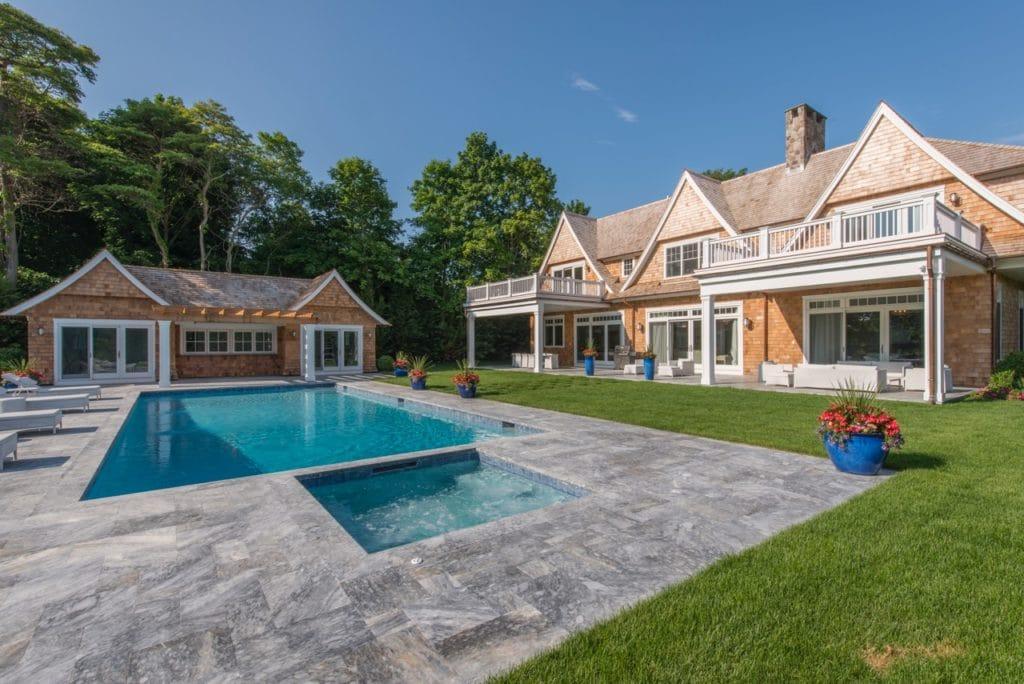 Steinplatten als Pool Randsteine in grau umgeben von Mehrfamilienhaus