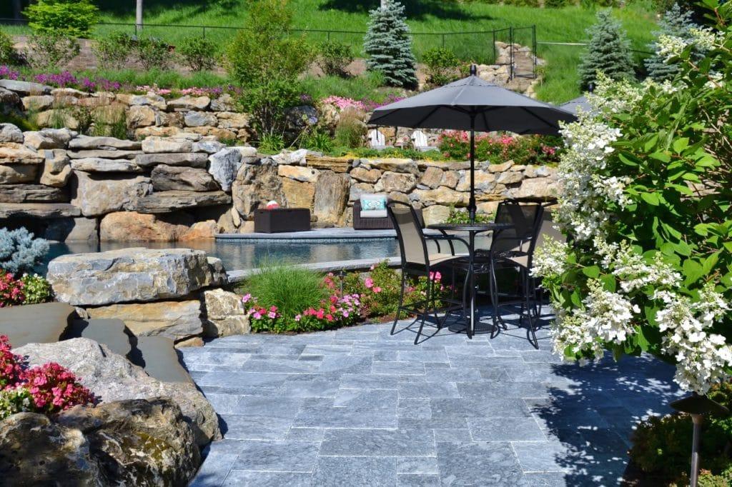 Terrasse aus Naturstein Grigio Fosca im Garten mit Steinmauern