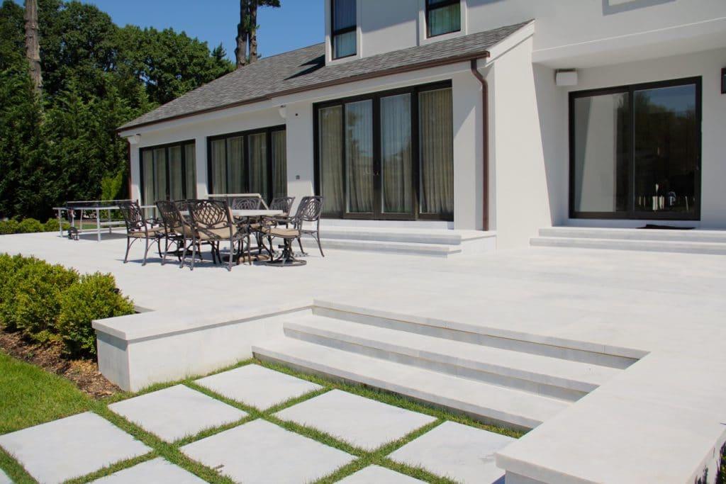 Terassenplatten aus Stein in weiß mit Treppenaufgang