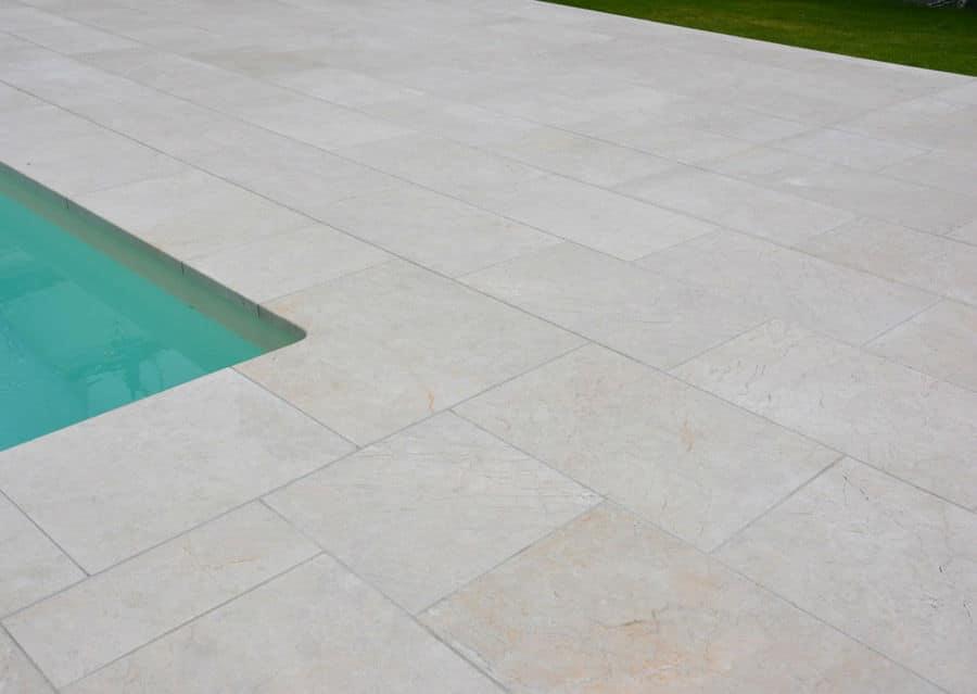Kalkstein Pool Umrandung