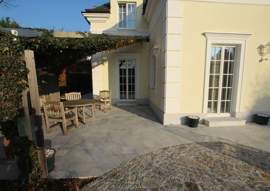 Terrasse mit Steinboden aus feinrau Kristallmarmor