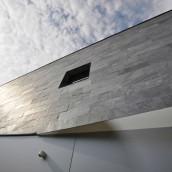 Schiefer Hausmauer schwarz