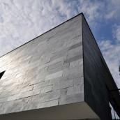 Schiefer Hausmauer
