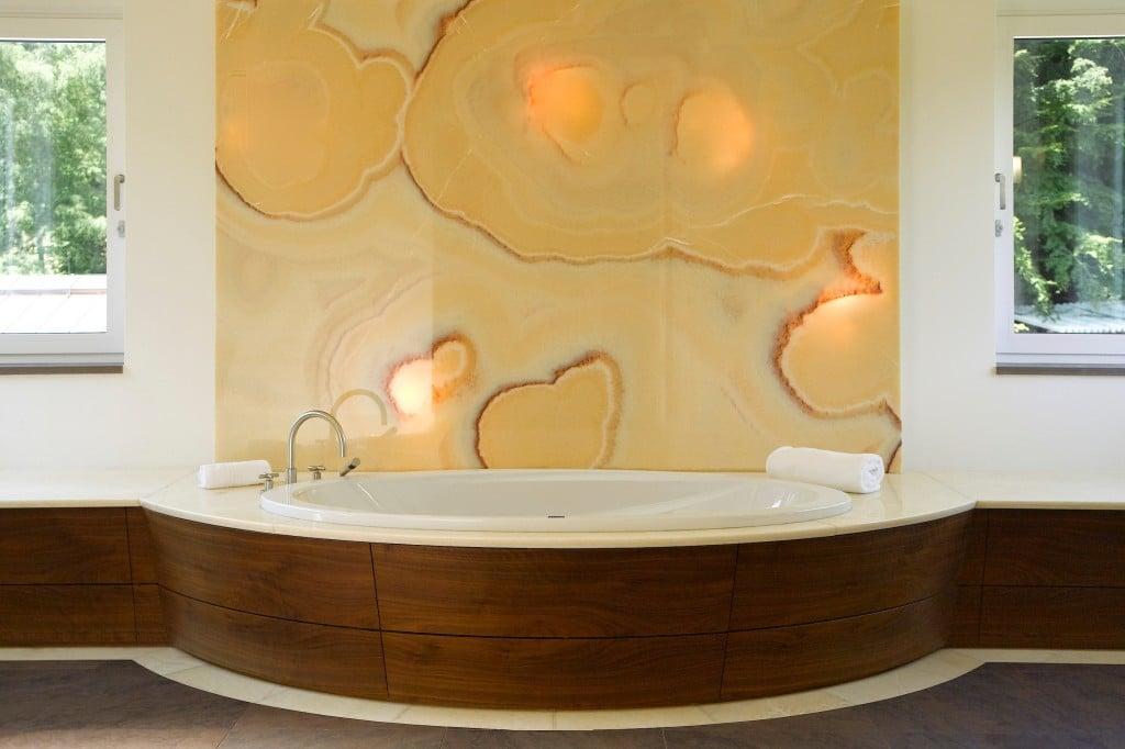 Badewanne mit Wand aus Onyxmarmor