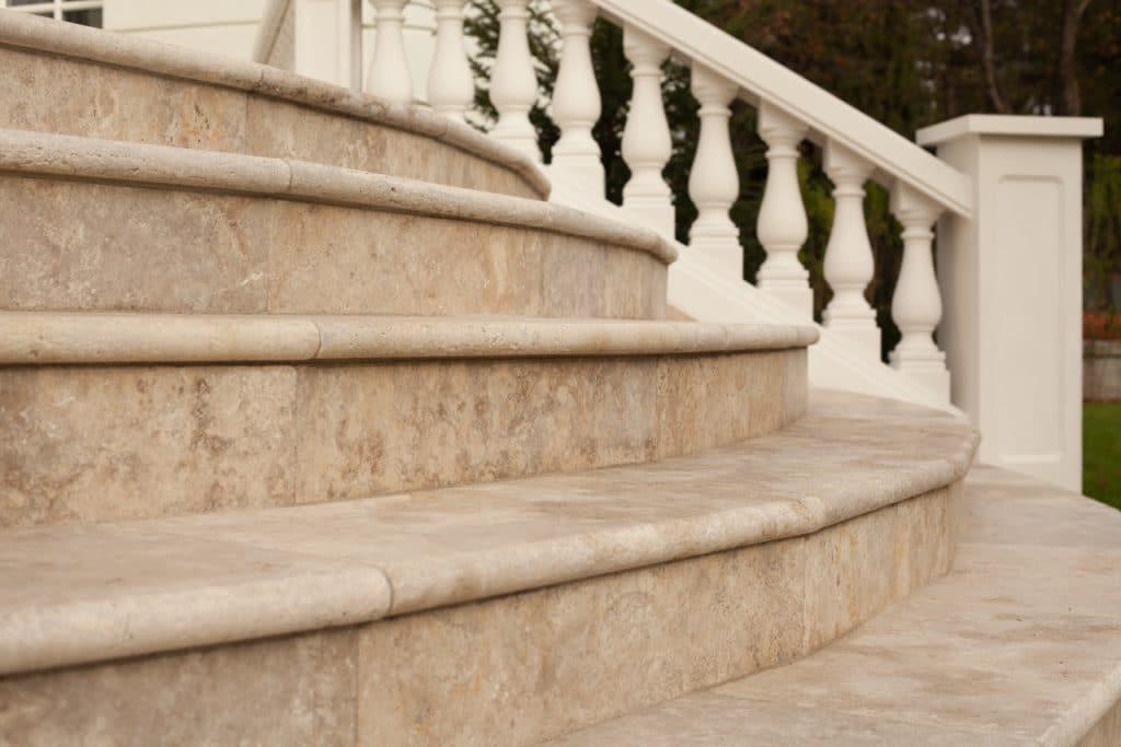 Edeltravertin Mandorla Stufen mit Rundstab