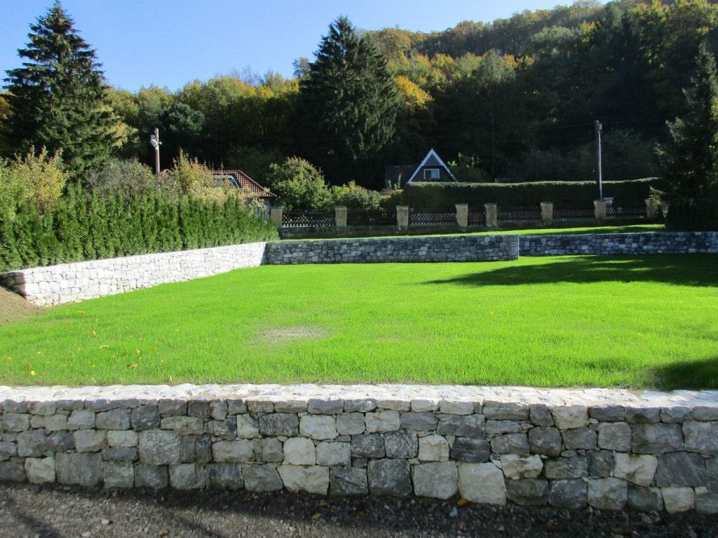 Kalkstein Bruchsteinmauer außen