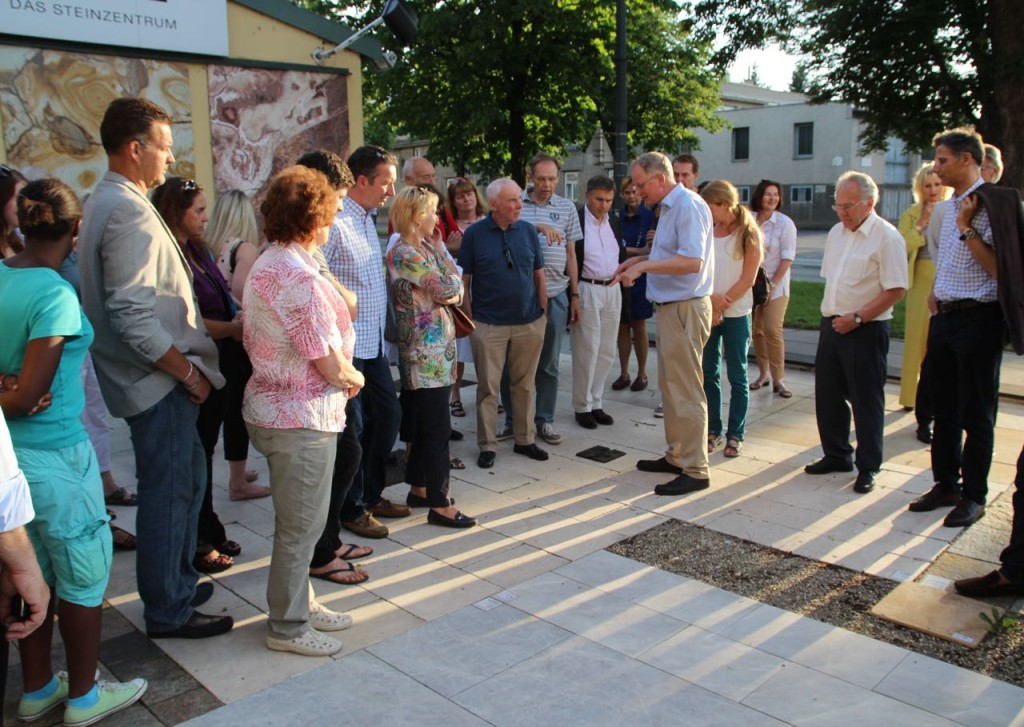 Thomas Schubert führt durch das Steinzentrum von SCHUBERT STONE