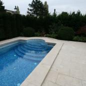 Naturstein Levante Crema antik Poolrand, Glasmosaik im Pool