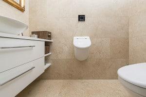 Luxusbad mit Bodenfliesen und Wandfliesen in beige aus Levante Crema patiniert