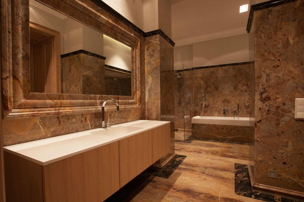 Luxusbad komplett mit Marmor in braun