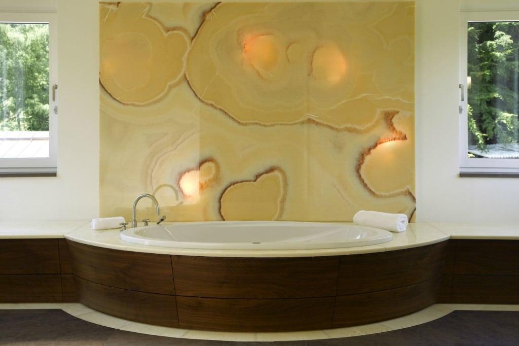 Luxusbad mit Onyx-Wandplatte