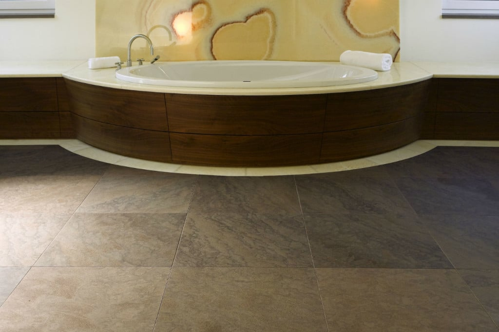 Luxusbad mit Sandsteinboden in braunund wandverkleidung aus Onyx in gelb