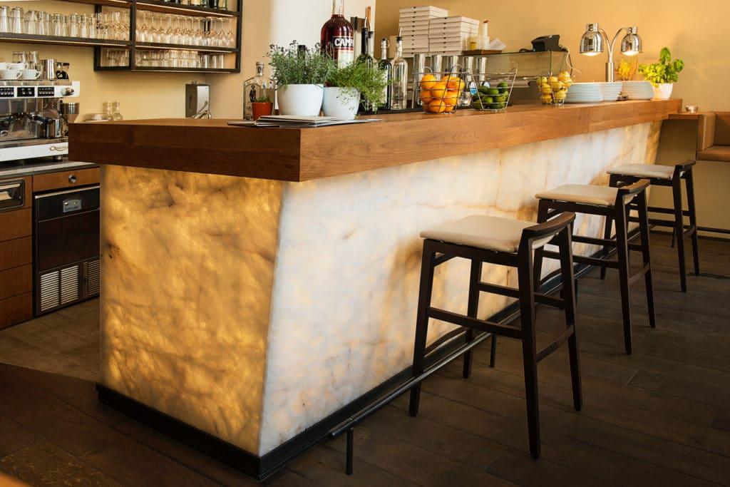 Restaurant La Mia Quarzit Bar hinterleuchtet