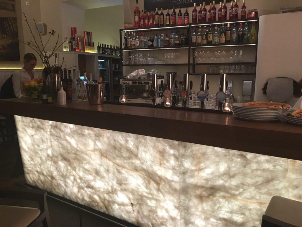Restaurant La Mia Quarzit Bar hinterleuchtet-3