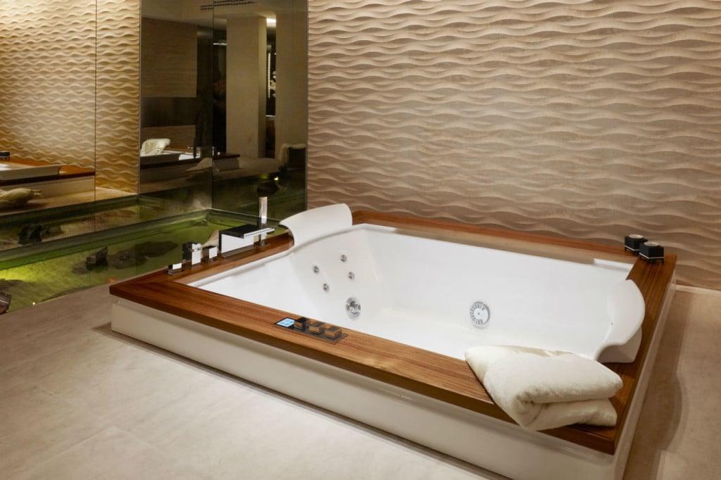 Luxusbad mit Wandrelief von Lithos Design und Whirlpool