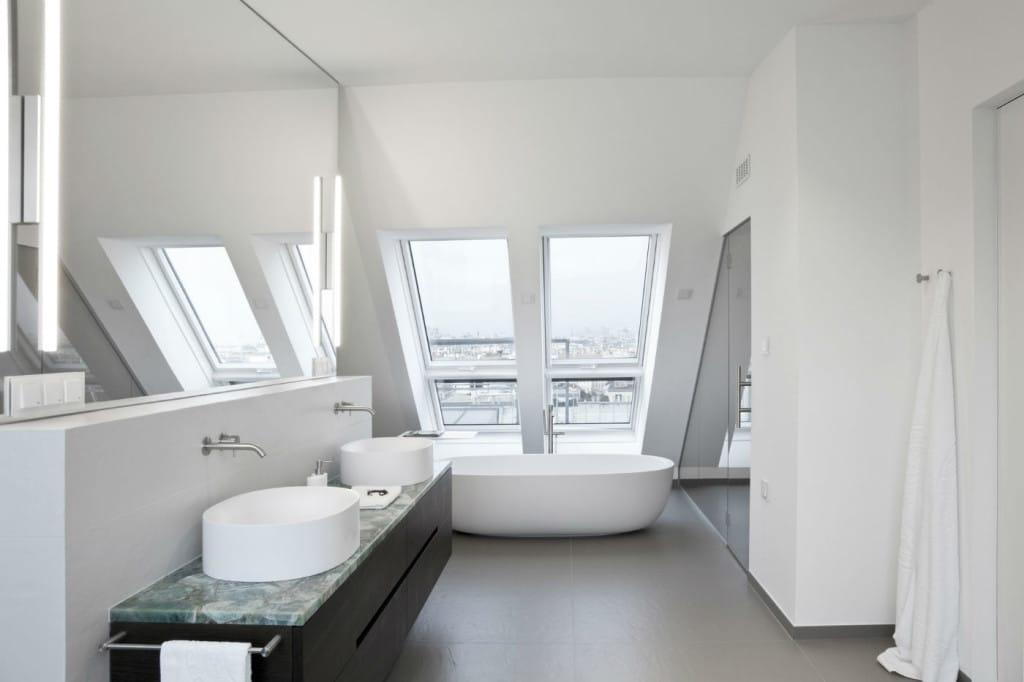 Luxusbad im Dachgeschoß mit Waschtisch aus Edelsten Fluorit und Wand und Boden aus Feinsteinzeug