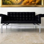 Natursteinboden Kalkstein Levante Crema mit futuristischem Ledersofa