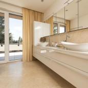 Luxusbad in beige in moderner Wohnung mit Kalkstein Levante Crema patiniert