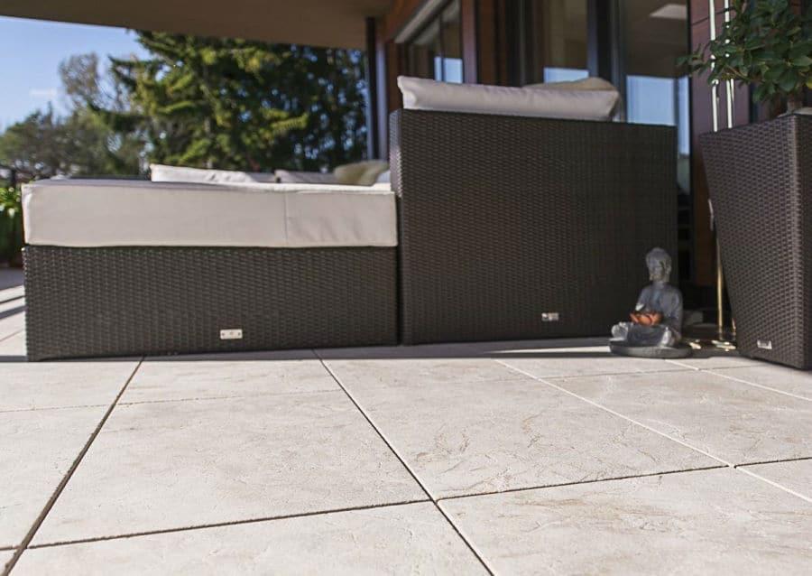 Steinplatten Levante Crema Sandgestrahlt auf Terrasse