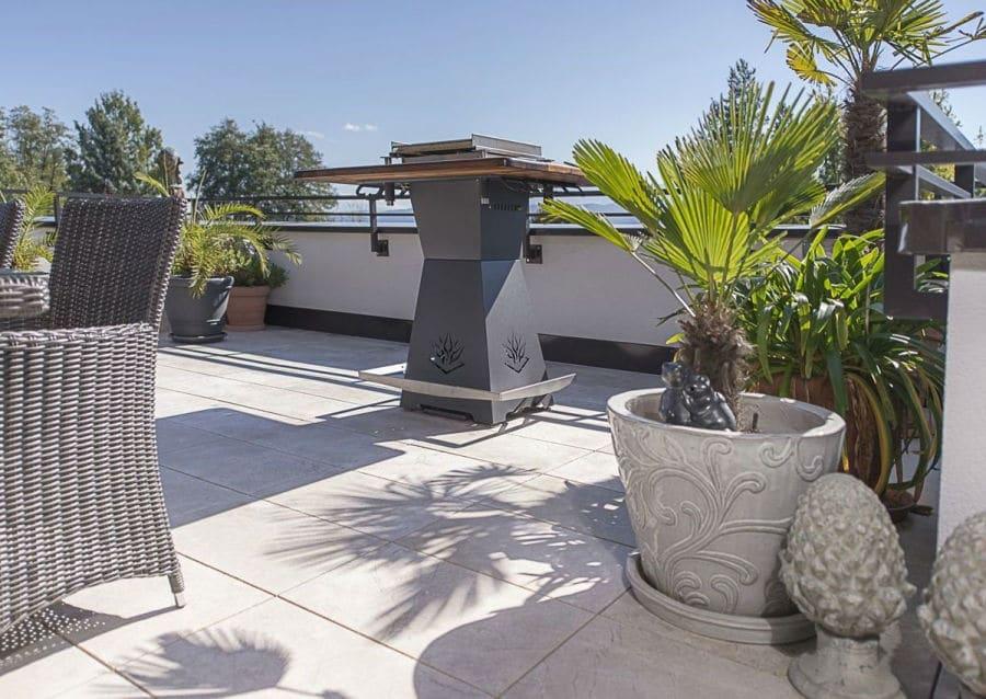 Terrasse mit großem Grill und Naturstein Levante Crema sandgestrahlt