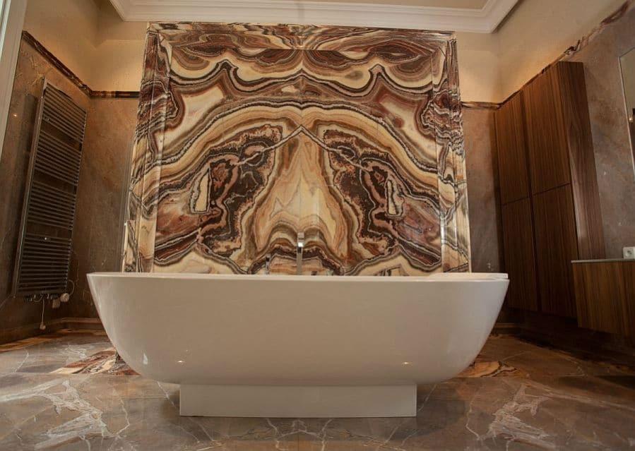Luxusbad aus Stein braun marmoriert