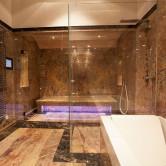 Luxusbadezimmer aus Marmor und Glasduschwand