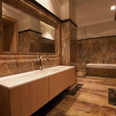 Marmor Bad mit großem Spiegel