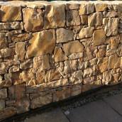 Bruchsteinmauer gelber Kalkstein
