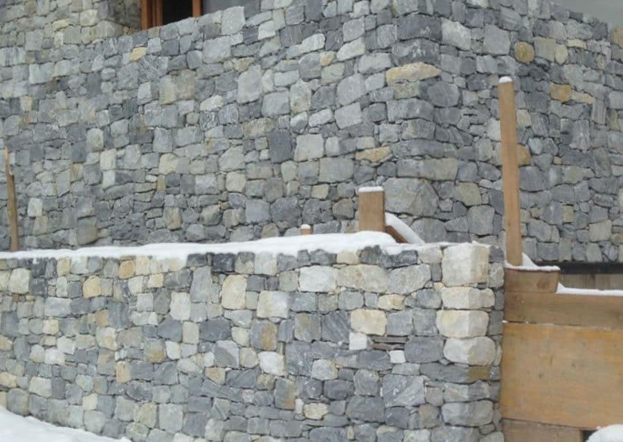 Bruchsteinmauer grau