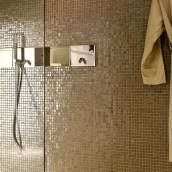 Mosaik Bad mit Bademantel