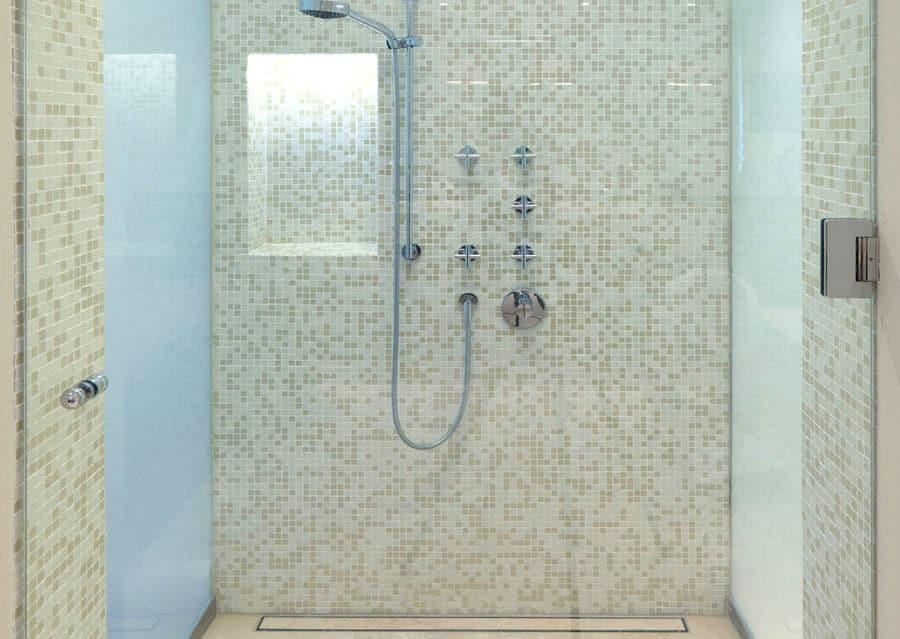 Dusche mit Glasfliesen