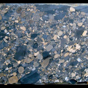 , Viele neue Naturstein Großplatten eingelagert
