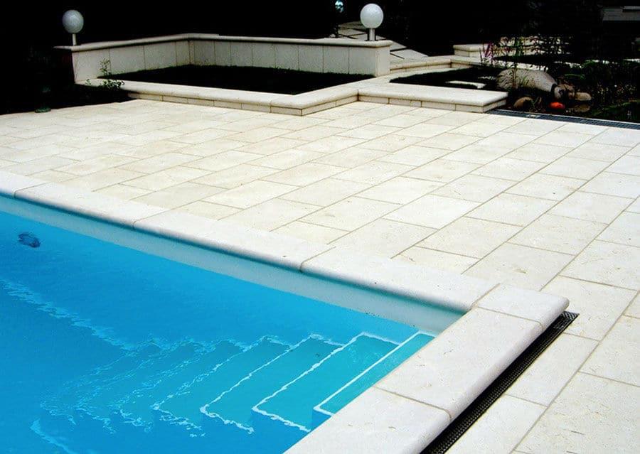 Terrassenplatten und Pool Randsteine aus Kalkstein