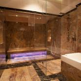 Luxus Badezimmer aus Marmor und Dampfkabine