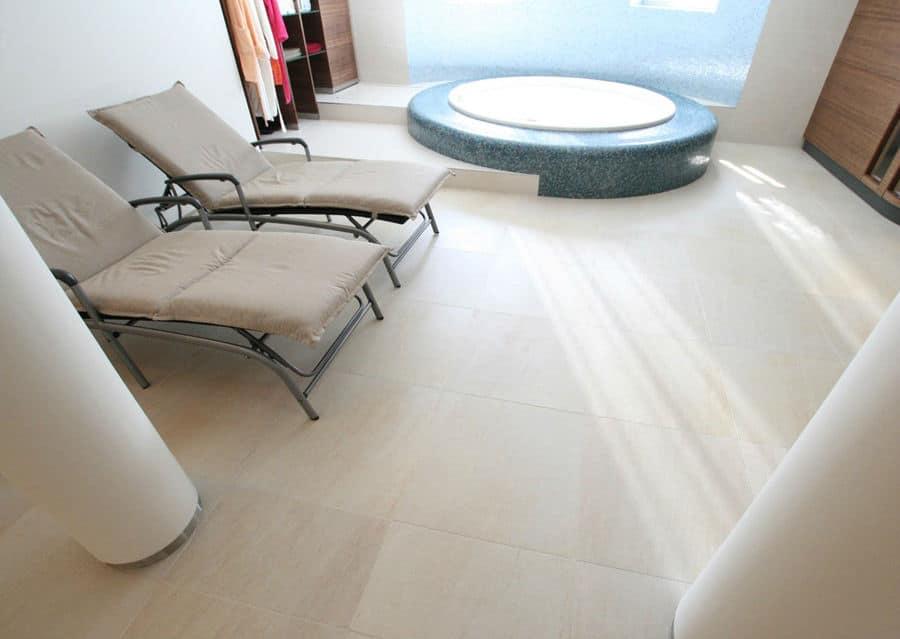 Luxus Wellnessbereich mit Whirlpool