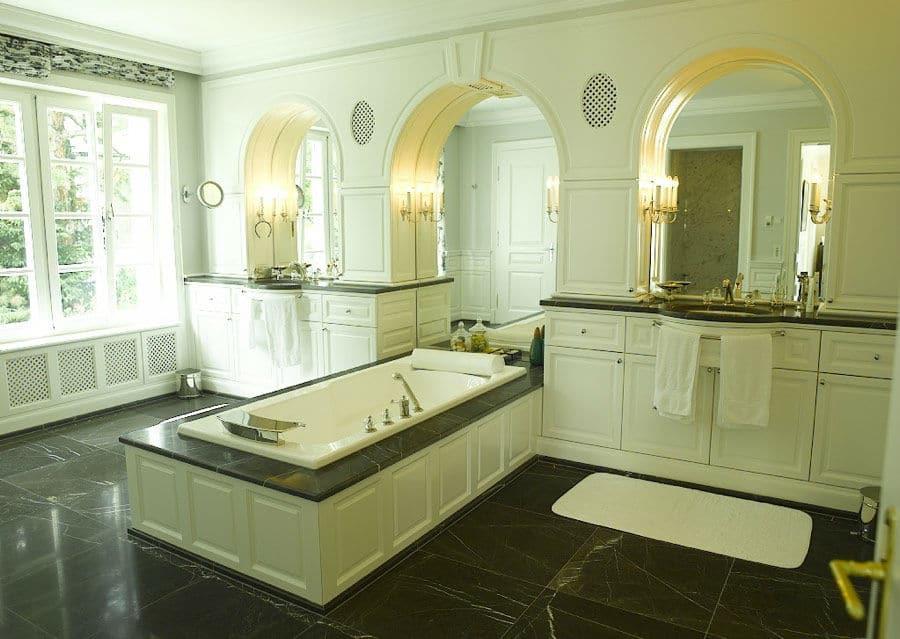 Luxusbad in weiß mit Bodenfliesen aus Kalkstein anthrazit