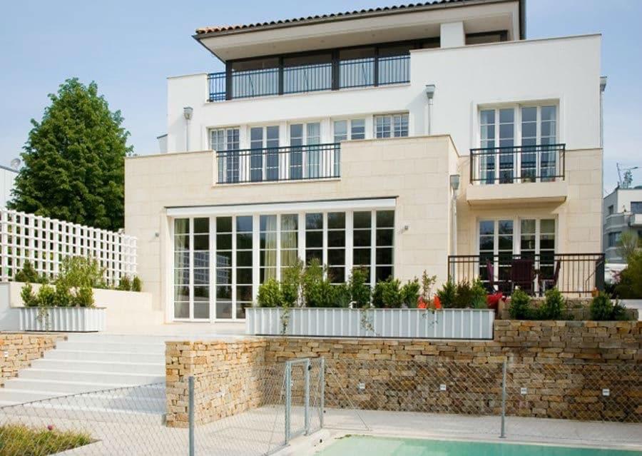 Mediterrane Villa mit Pool und Steinmauer