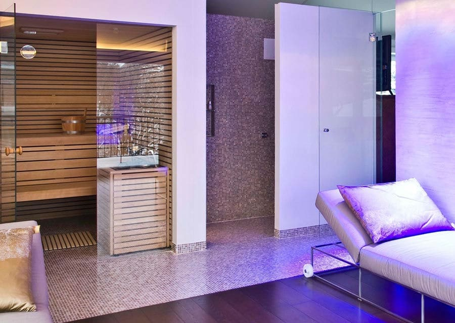 Mediterraner Wellnessbereich mit Sauna