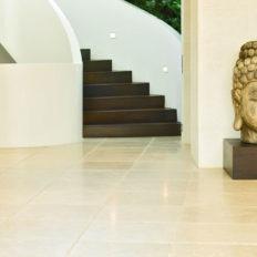 Naturstein Boden innen Kalkstein Levante Crema in Hausflur mit großem Buddha