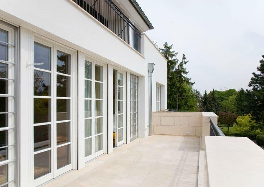 Naturstein Terrasse mit großen Türen