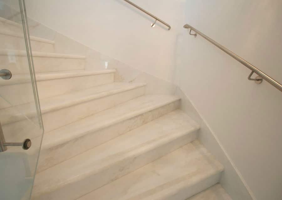 Treppe aus Naturstein in weiß