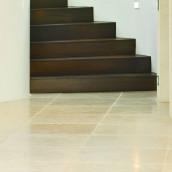 Holz und Stein Holztreppe