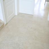 Steinboden Levante Crema patiniert in beige im Vorraum verlegt