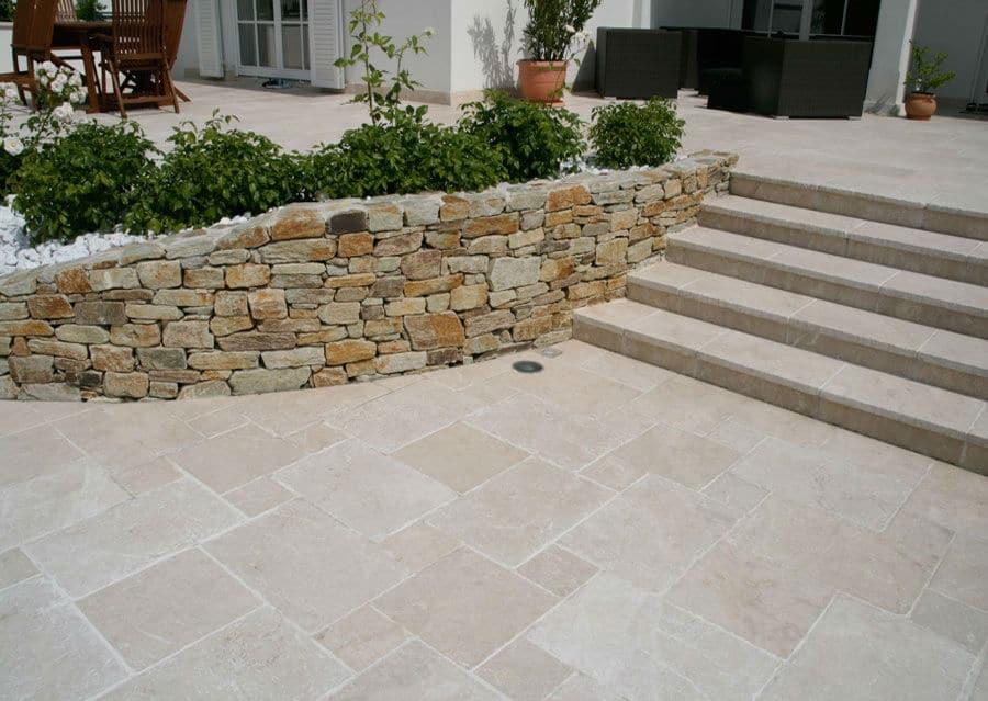 Steintreppe auf Terrasse aus Kalkstein Levante Crema Kalkstein